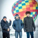 На фоне воздушного шарика